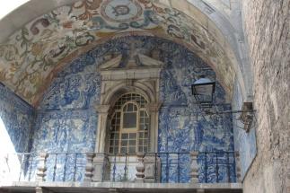 Painel de azulejos na porta da vila do século XVIII